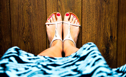 Frau im Kleid, weißen Sandalen und roten Fußnägeln - Ina Rose - Ihre Stil-, Farb-, Typ- und Make-up Beratung, Garderobencheck, Einkaufsbegleitung aus Hamm.